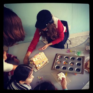 chicas gingerbread making